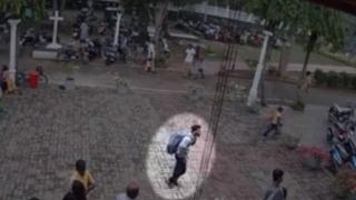 Atacator sinucigaş, surprins de camere înainte de a detona bomba în biserica din Sri Lanka