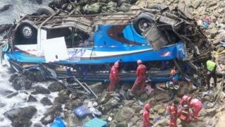 Zeci de morți și răniți, după ce un autocar a căzut de la 100 de metri înălțime