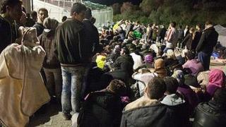Sute de migranţi şi refugiaţi au părăsit taberele din Grecia