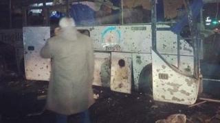 Un autobuz plin cu turiști, cuprins de flăcări, în urma exploziei unei bombe