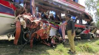 Zeci de morți în urma coliziunii unui camion cu un autocar