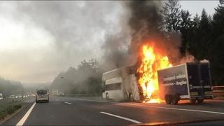 Autocar românesc, în flăcări, pe A21, în Austria! 30 de şoferi au procese verbale pentru că au filmat şi fotografiat incidentul