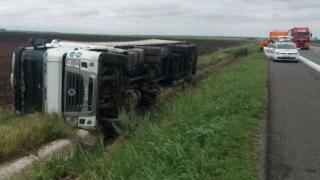 Accident pe A2 la km 69: Băut la volan a dus tirul pe câmpii..