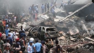 Un avion militar s-a prăbușit în Indonezia. 13 persoane aflate la bord au murit