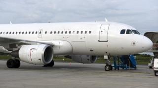 Avion acroșat de o cisternă pe aeroport. Pasagerii au fost debarcați