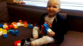 Un băiețel de doi ani se luptă cu cancerul. Haideți să îl ajutăm!