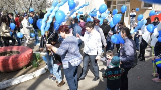 Baloane albastre și dresaj canin pentru copiii cu autism