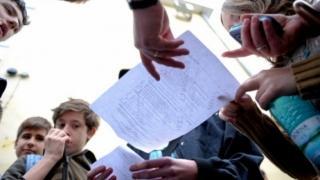 Câți bani vor primi elevii de 10 de la Guvern