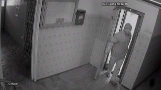 Pedofilul care a abuzat sexual doi copii în lift a fost prins. Este om al legii?!