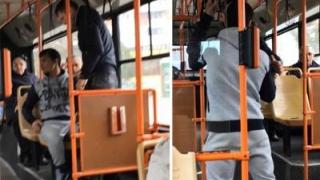 """Bătrân lovit de un tânăr în autobuz: """"Zi mersi că nu te-am călcat în picioare!"""""""