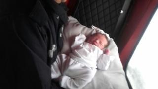 O fetiță s-a născut acasă, în prezența paramedicilor