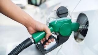 Deși barilul de petrol se ieftinește, în România prețul crește la benzinării
