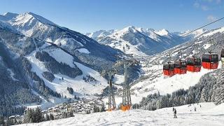 Mii de turiști blocați în stațiunile de schi, din cauza riscului de avalanșe