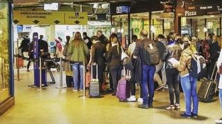 Un zbor reprogramat blochează zeci de români pe un aeroport din Paris