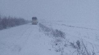 Peste 100 de constănţeni, blocaţi în zăpadă, pe drumul nimănui