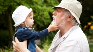 Bunicii care ajută la creșterea nepoților pot trăi mai mult