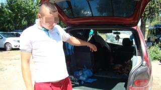 S-a ascuns în portbagaj ca să treacă granița! Polițiștii l-au luat ca din oală!