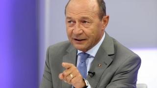 Băsescu se leapădă de Boc pentru cumătrul lui Udrea