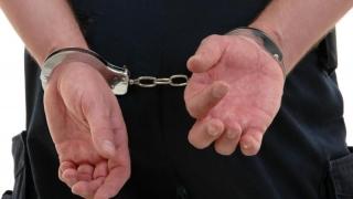 Arestat după ce și-a atacat gazda cu o macetă!