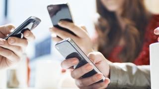 Telefonia mobilă scade... dar crește