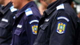 Zeci de mărfuri contrafăcute confiscate de jandarmi