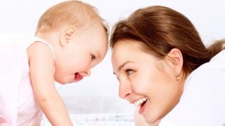 85% dintre mame vor petrece 2 ani acasă după eliminarea plafonului de indemnizație pentru creșterea copilului
