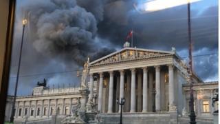 Acoperișul Parlamentului austriac, în flăcări