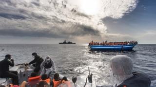 Cutremurător! Cadavre de migranți, mâncate de câinii vagabonzi pe plaja Mediteranei