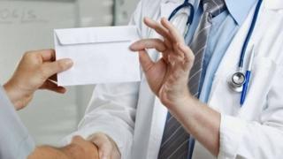 Cadre medicale, prinse în flagrant luând mită de la ministrul Sănătății