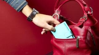 A furat portofelul unei femei, în microbuz!