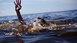 A intrat în mare pentru a salva o familie și a sfârșit prin a muri înecat