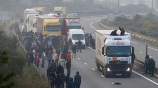 Trafic blocat spre Calais de camionagii și agricultorii francezi