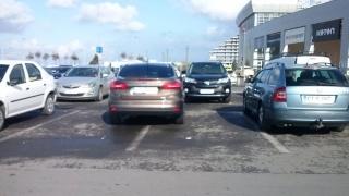 Cât de greu este să parchezi cu fața într-un spațiu larg?
