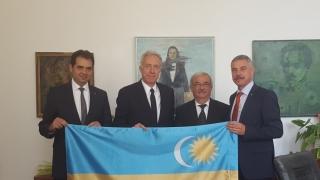 Ambasadorul SUA la București, fotografiat cu steagul secuiesc