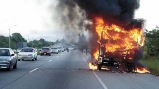 Tir cu sute de butelii, în flăcări! Mihăilești, aproape de o nouă tragedie!