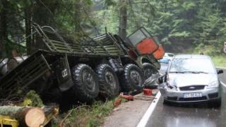 Cod roșu de intervenție! Un camion cu militari s-a răsturnat