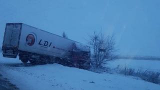 Infotrafic: Trafic îngreunat pe A2. Camion derapat