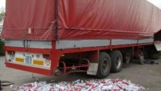 Zeci de mii de pachete cu ţigări ascunse într-un camion la Vama Ostrov