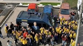 Campanie cu microbuz colantat pentru Iohannis, deşi este ilegal