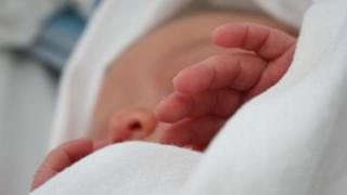 Anchetă internă în cazul decesului unui bebeluş suspect de meningo-encefalită