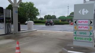 Carburanți la preț de producător, în supermarketurile din Franța