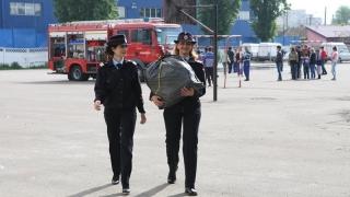 Au curs lacrimi de bucurie. Pompierii le-au oferit cadouri copiilor cu dizabilități