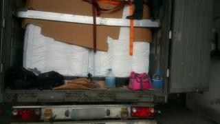 Au vrut să intre fraudulos în România, ascunşi într-un camion