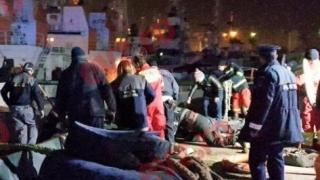 Alertă în miez de noapte! Două persoane au căzut în mare, lângă dana militară
