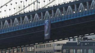 """Banner cu portretul lui """"Putin, pacificator"""", agăţat de Podul Manhattan"""