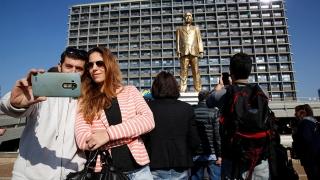 Big Bibi: O statuie aurie a lui Netanyahu a răsărit în Tel Aviv