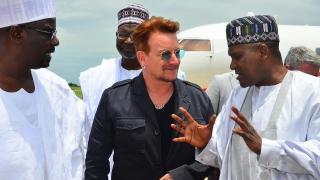Bono a vizitat o tabără de refugiaţi din Nigeria