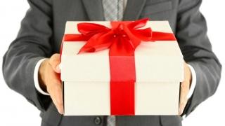 Românul nu-i sărac destul dacă nu cumpără și cadouri scumpe