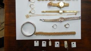 Ceasuri de lux și bijuterii ridicate din casele unor suspecți