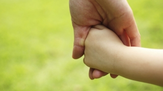 Cei care adoptă copii mai mari de 2 ani ar putea primi 1.700 de lei